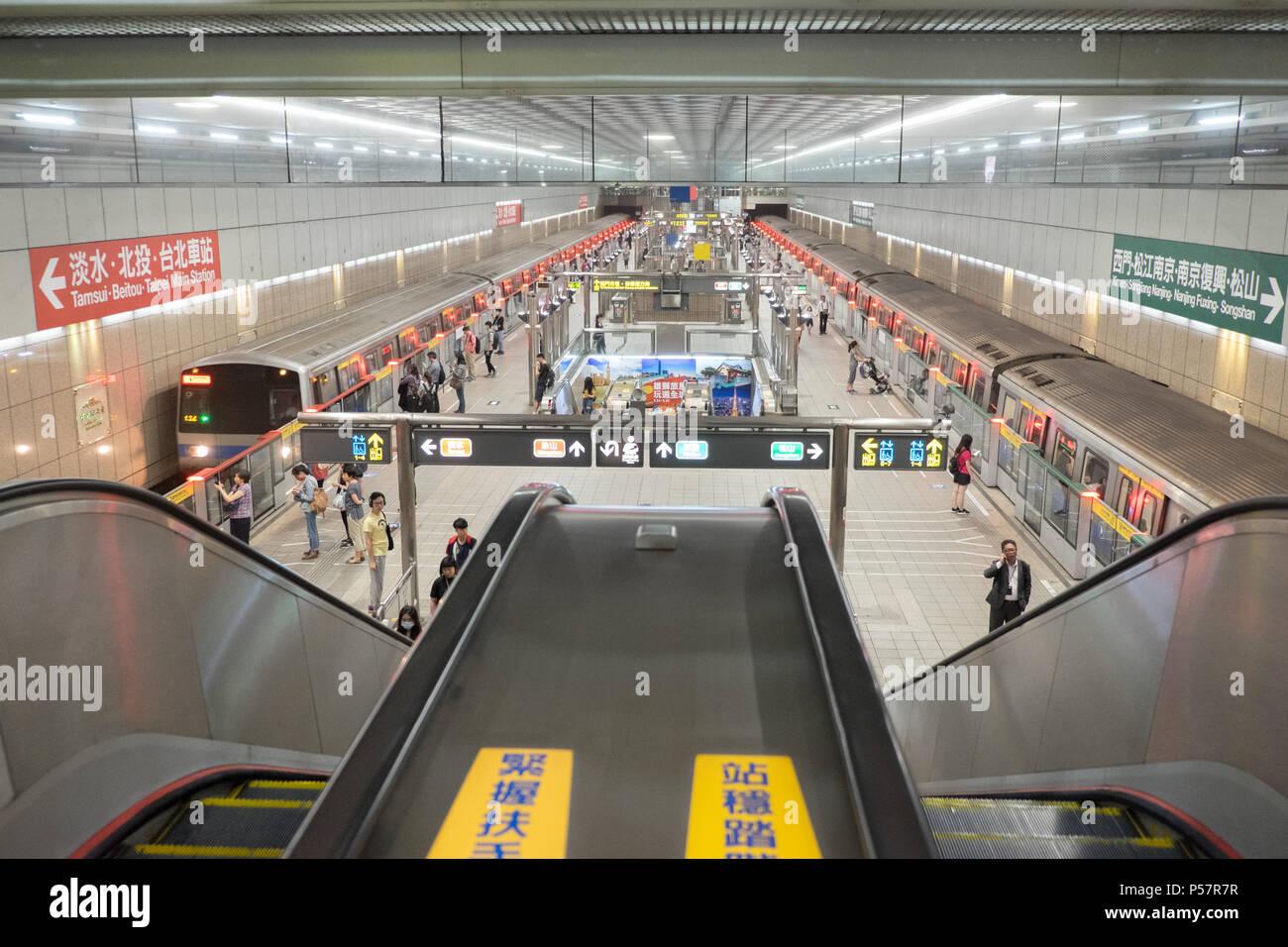 Train,transport,transportation,rail,railway,platform,Taipei