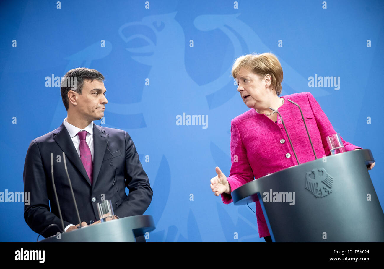 Germany, Berlin. 26th June, 2018. German chancellor Angela Merkel (Christian Democratic Union - CDU, R) stands next to the Spanish prime minister Pedro Sanchez during a press conference. They met for bilateral talks at the federal chancellery in Berlin. Credit: Michael Kappeler/dpa/Alamy Live News - Stock Image