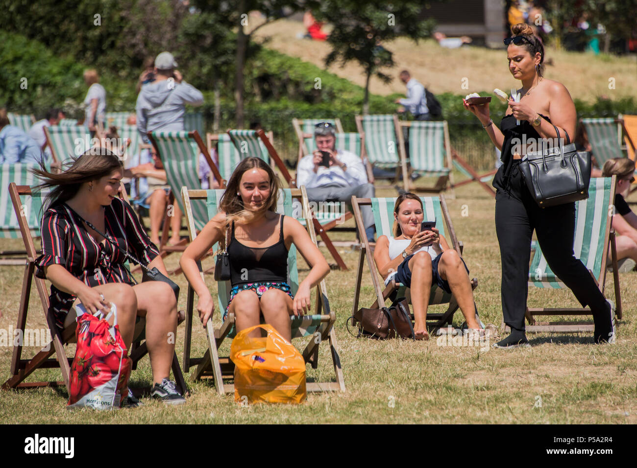 Green Park, London. 26th Jun, 2018. UK Weather: People enjoy their lunch break in the hot and sunny conditions in Green Park.. Credit: Guy Bell/Alamy Live News Stock Photo