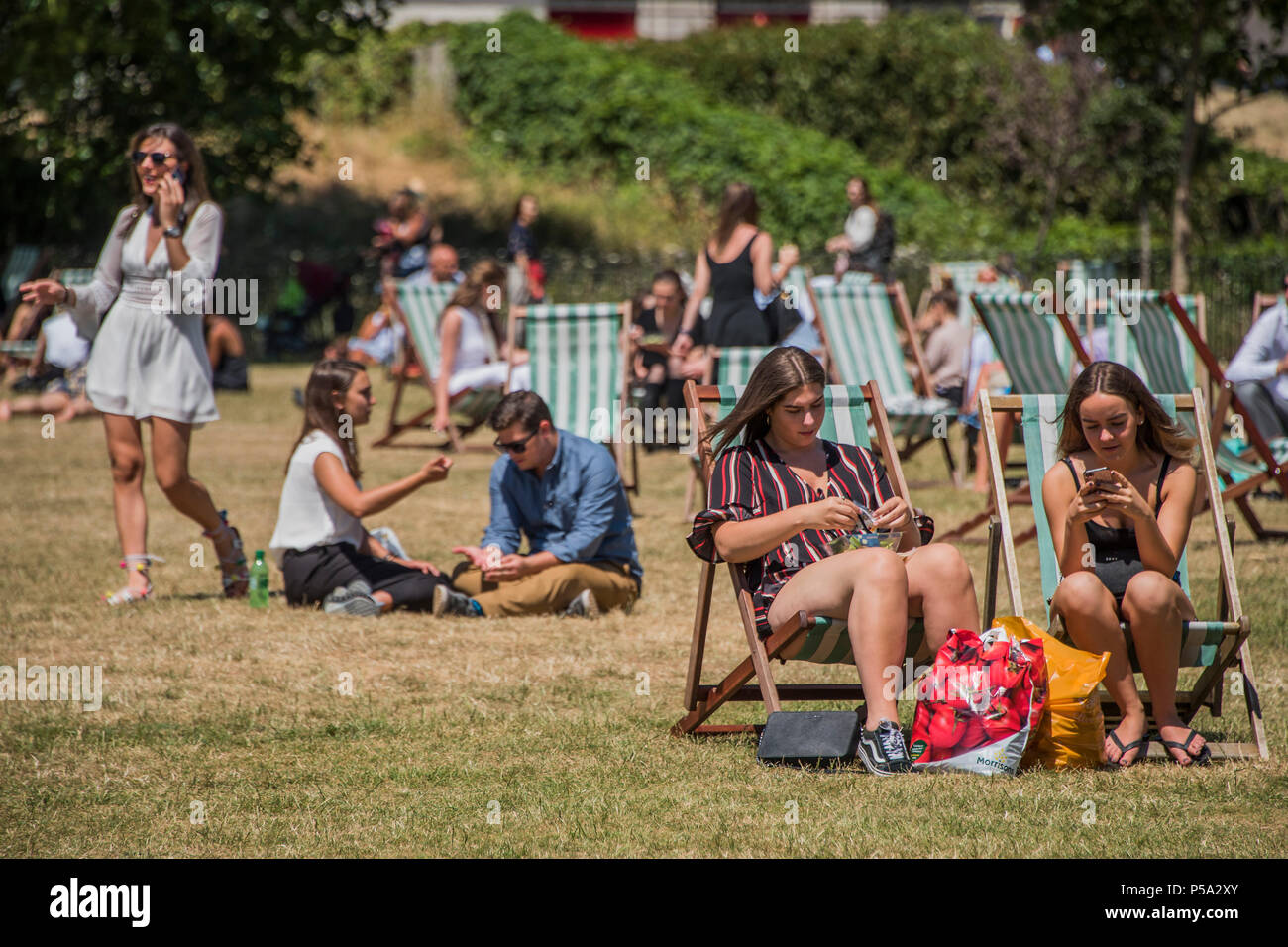 Green Park, London. 26th Jun, 2018. UK Weather: People, of all ages and sexes, enjoy their lunch break in the hot and sunny conditions in Green Park.. Credit: Guy Bell/Alamy Live News Stock Photo