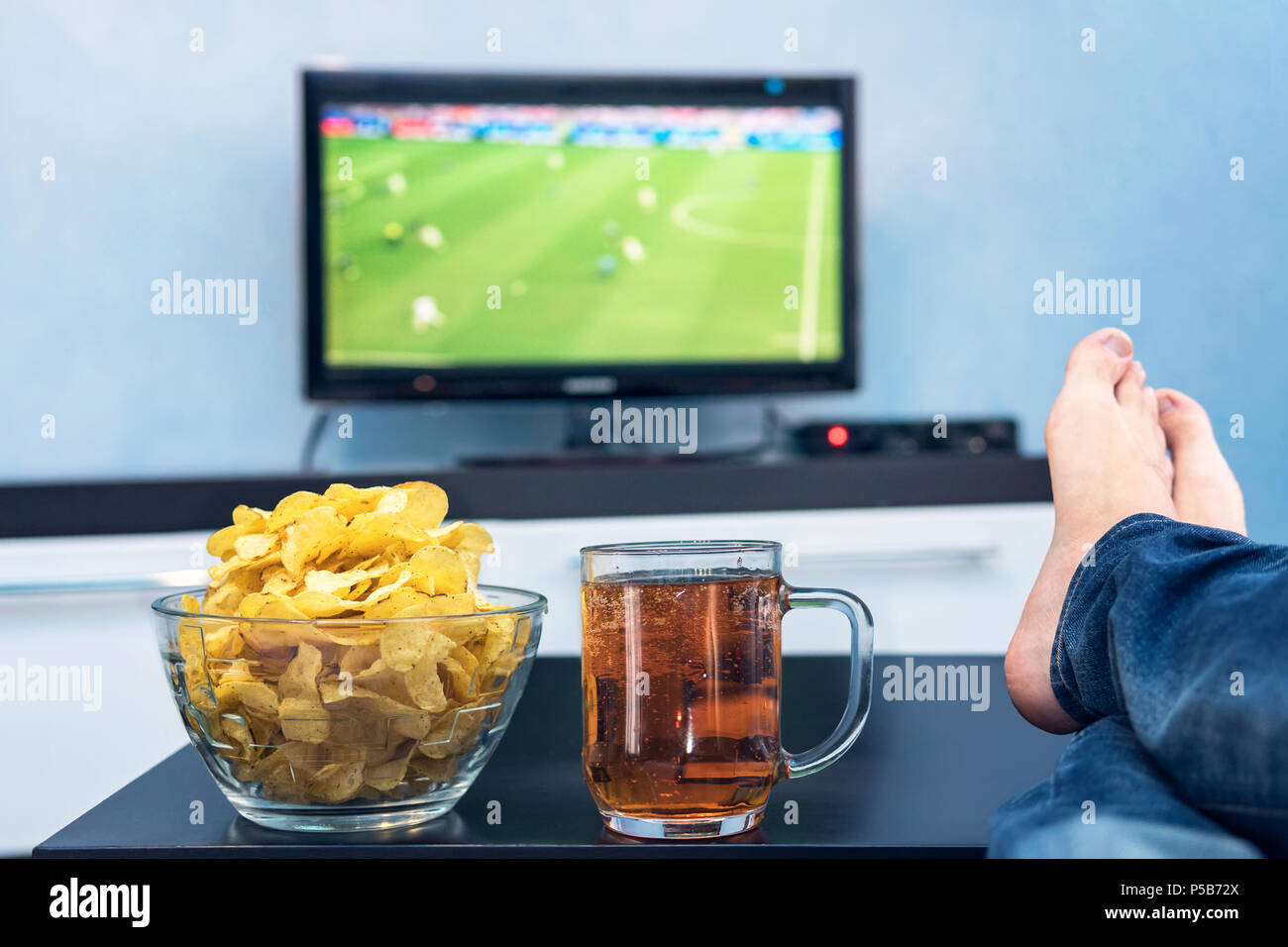 Wonderbaarlijk TV, television watching football match on TV with snacks and GO-72
