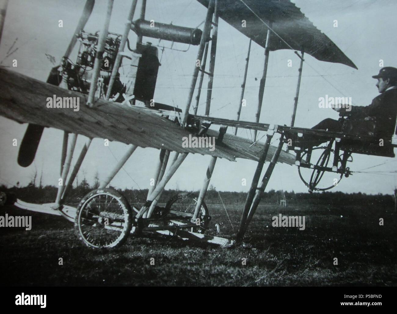 Italiano: Caproni, biplano, 1911 . Italiano: Collaudo di uno dei primi biplani modello 300 HP da parte di Gianni Caproni, 1911 (Archivio famiglia Caproni Roma) . 1911. N/A 269 Caproni, biplano, 1911 - san dl SAN IMG-00001381 Stock Photo