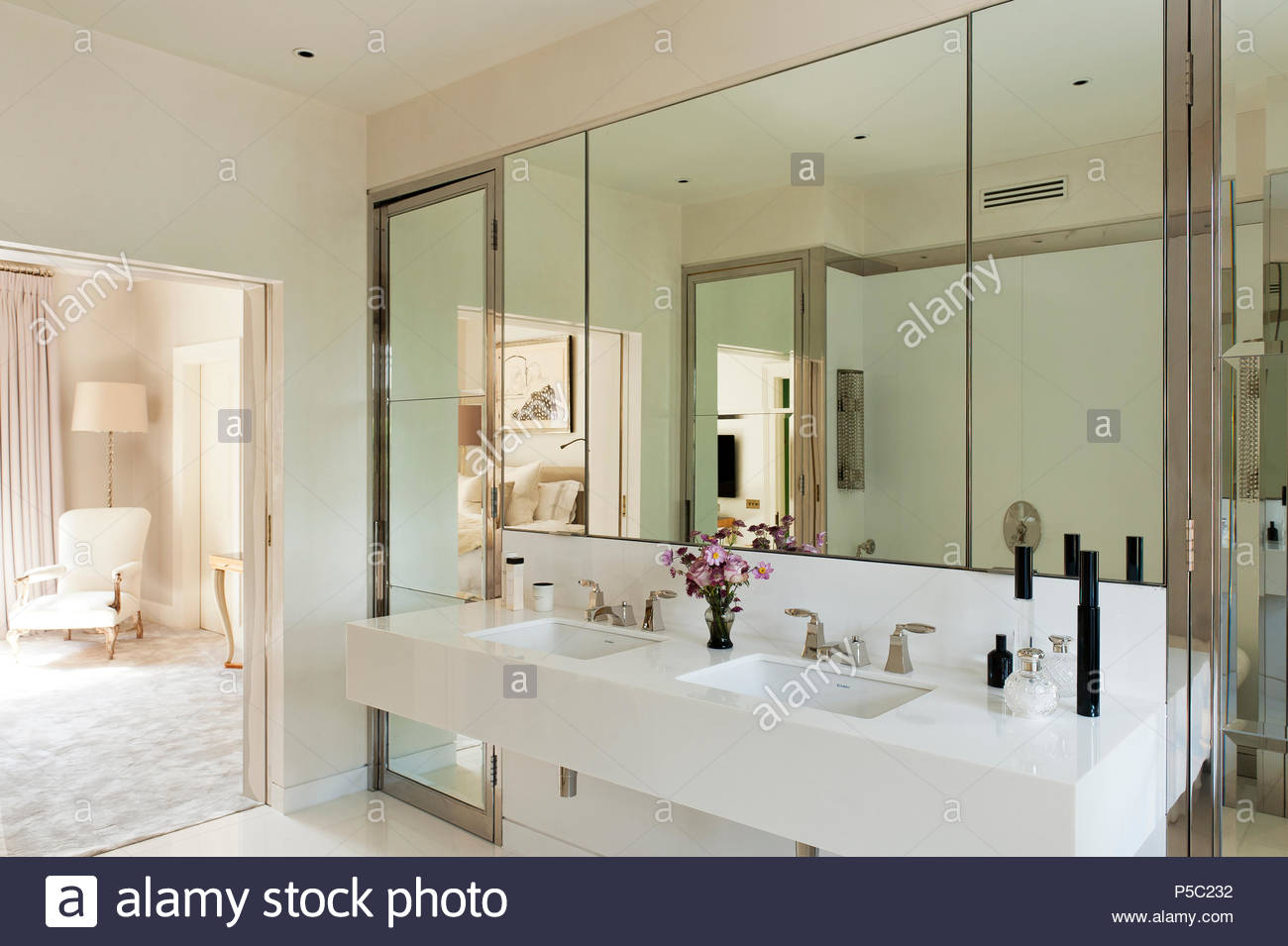White sink in mirrored bathroom - Stock Image
