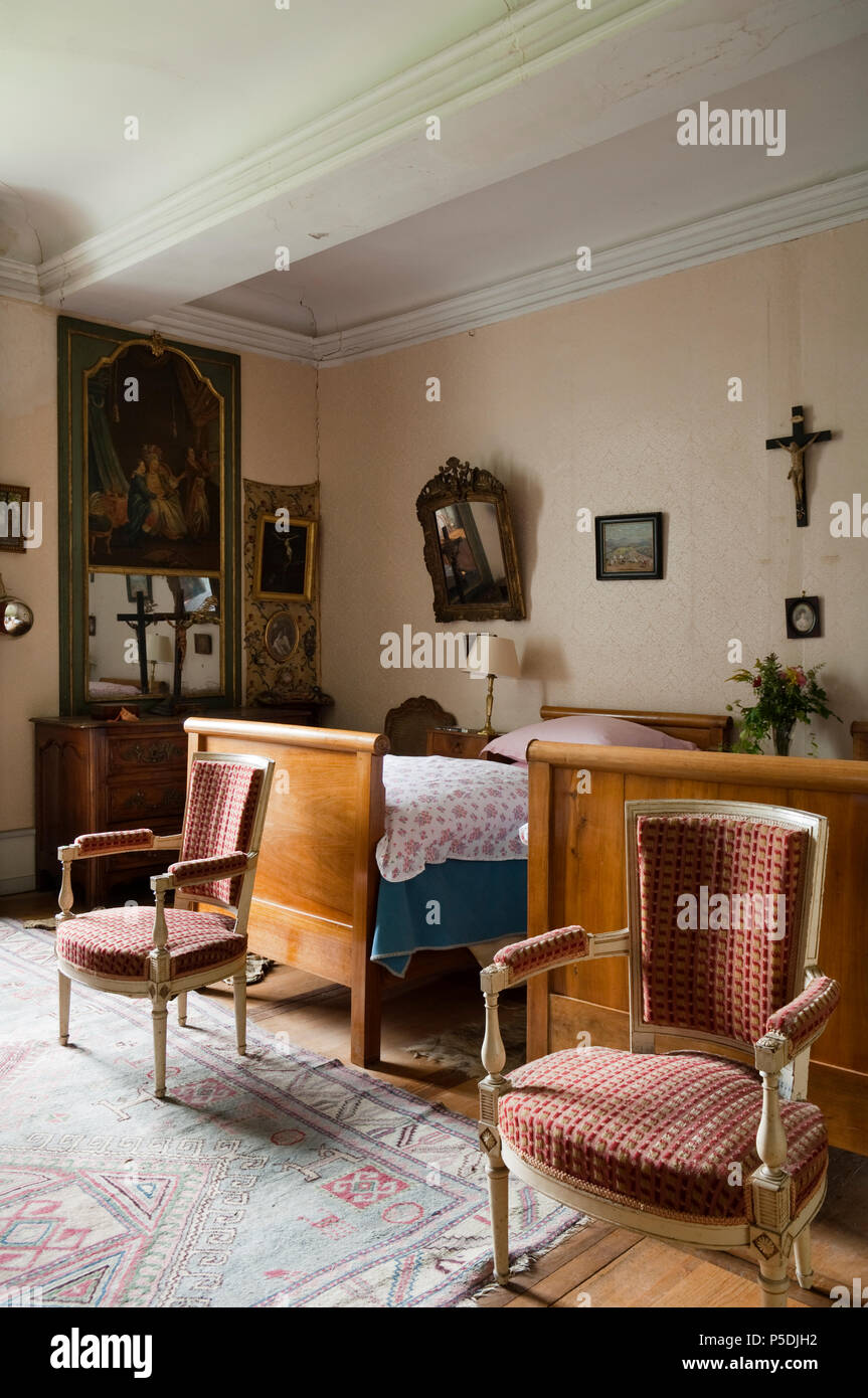 Matching armchairs in twin room - Stock Image
