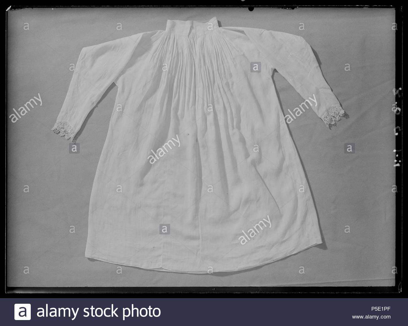 0c8b2b1899d 171 Barnskjorta, lintyg, som med största sannolikhet burits av drottning  Kristina vid 2 års