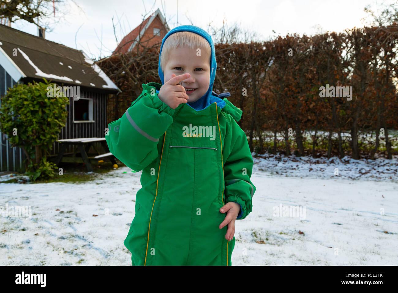 A child playing Barn som leger Ein Kind spielt - Stock Image