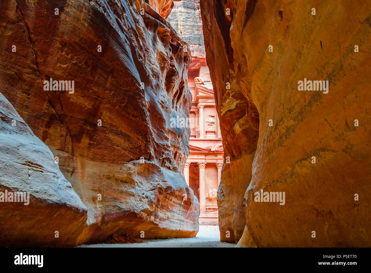 HDR Shot of the Siq, the canyon ending in the Treasury in the Lost City of Petra, Jordania - Stock Image