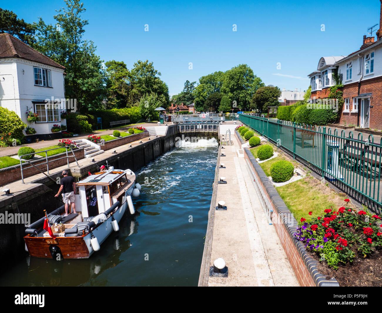 Boat Passing Threw, Marlow Lock, River Thames, Marlow, Buckinghamshire, England, UK, GB. - Stock Image