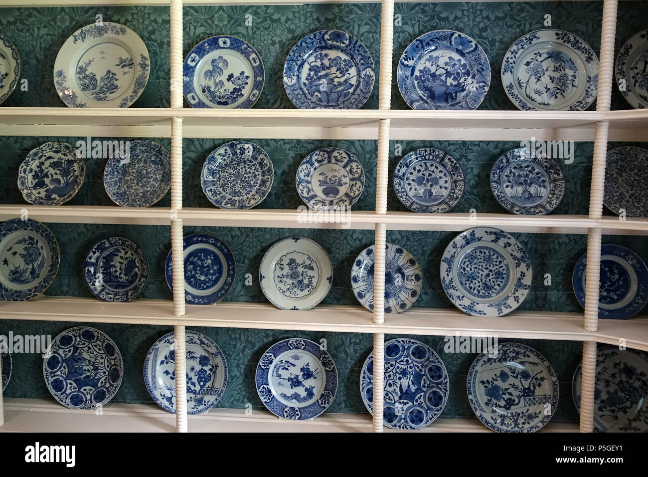 N A English Item On Display In Kelmscott Manor Oxfordshire England 25 May 2016 07 57 03 Daderot 211 Blue And White Plates Chinese Japanese And Dutch Ceramic Kelmscott Manor Oxfordshire England Dsc00016 Stock Photo Alamy
