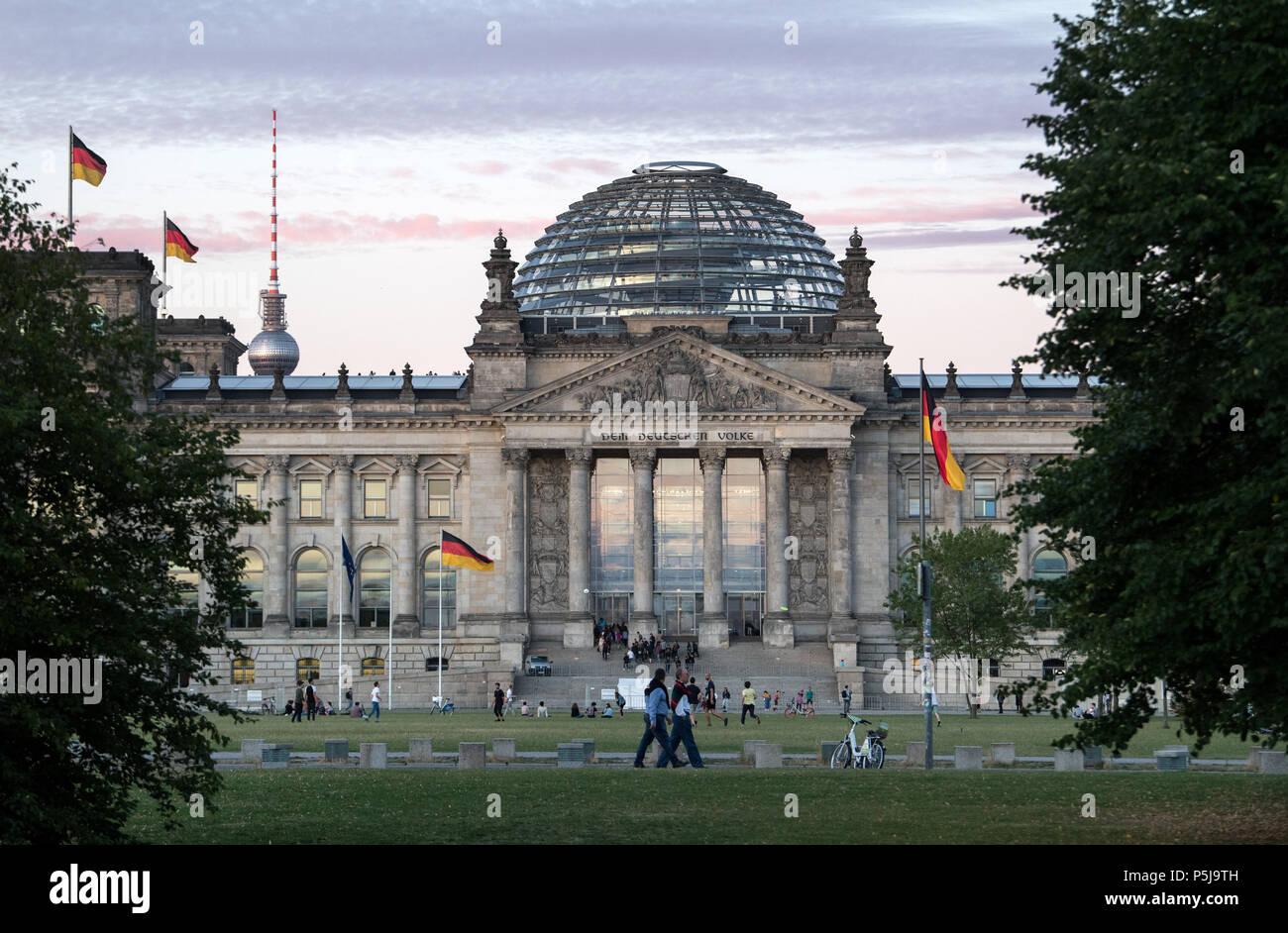 26 June 018, Germany, Berlin: Strollers walking past the German Bundestag. Photo: Bernd von Jutrczenka/dpa Stock Photo