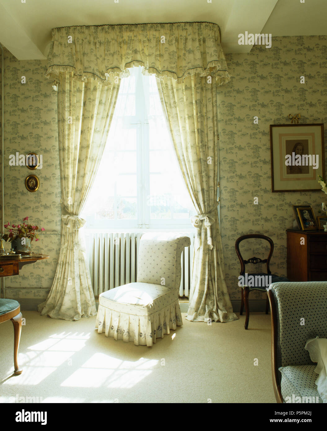 Co-ordinating curtains and wallpaper in a French counbtry ...