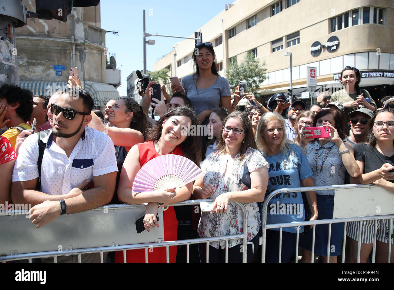 Onlookers await the arrival of the Duke of Cambridge as he meets singer Netta Barzilai, who won the 2018 Eurovision Song Contest, at the Espresso Bar Kiosk at Rothschild Boulevard in Tel Aviv, Israel, during his official tour of the Middle East. (Photo by Chris Jackson/Getty Images). Stock Photo