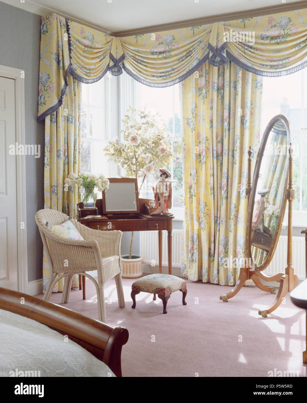 Bay Window Curtains High Resolution Stock Photography And Images Alamy