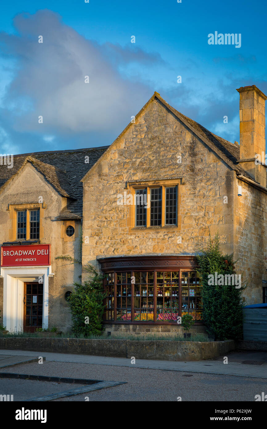 Setting sunlight on the Broadway Deli, Broadway, the Cotswolds, Worcestershire, England - Stock Image