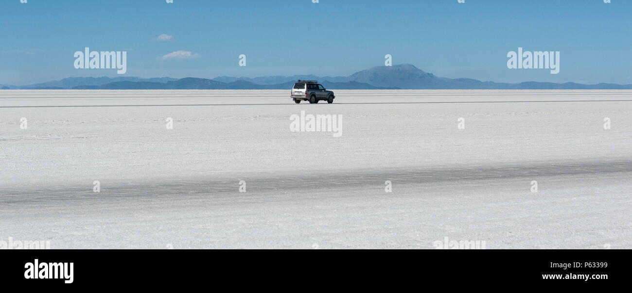 Off-road car in the Salar de Uyuni is largest salt flat in the World UNESCO World Heritage Site - Altiplano, Bolivia - Stock Image