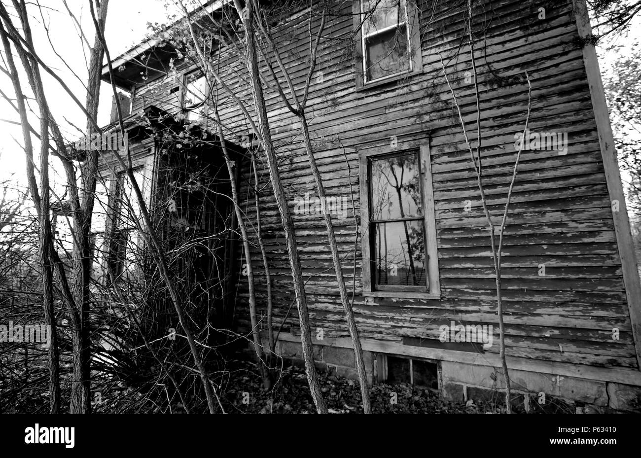 Old abandoned farm house in Lenawee County Michigan. Taken in the winter. has has been known to be haunted. - Stock Image