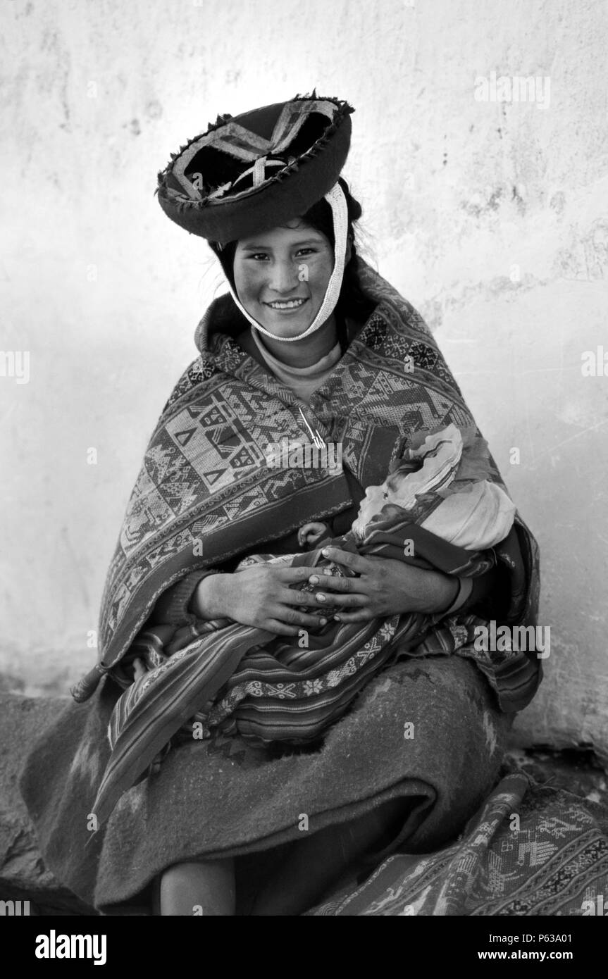 QUECHUA mother & child in the village of OLLANTAYTAMBO - PERUVIAN ANDES - Stock Image