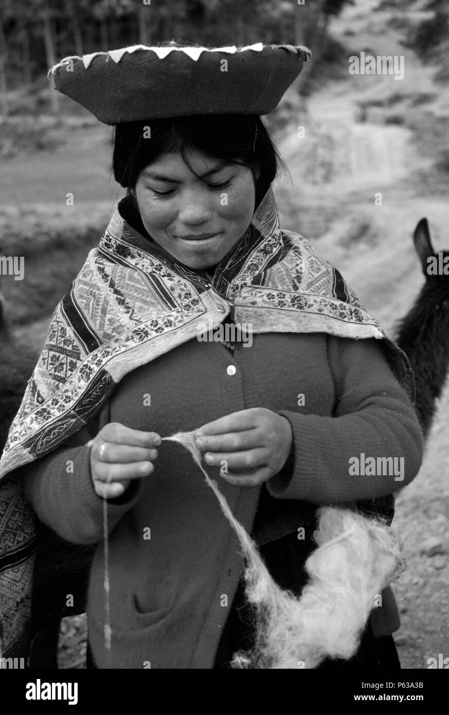Young QUECHUA WOMAN spinning wool - PERUVIAN ANDES - Stock Image