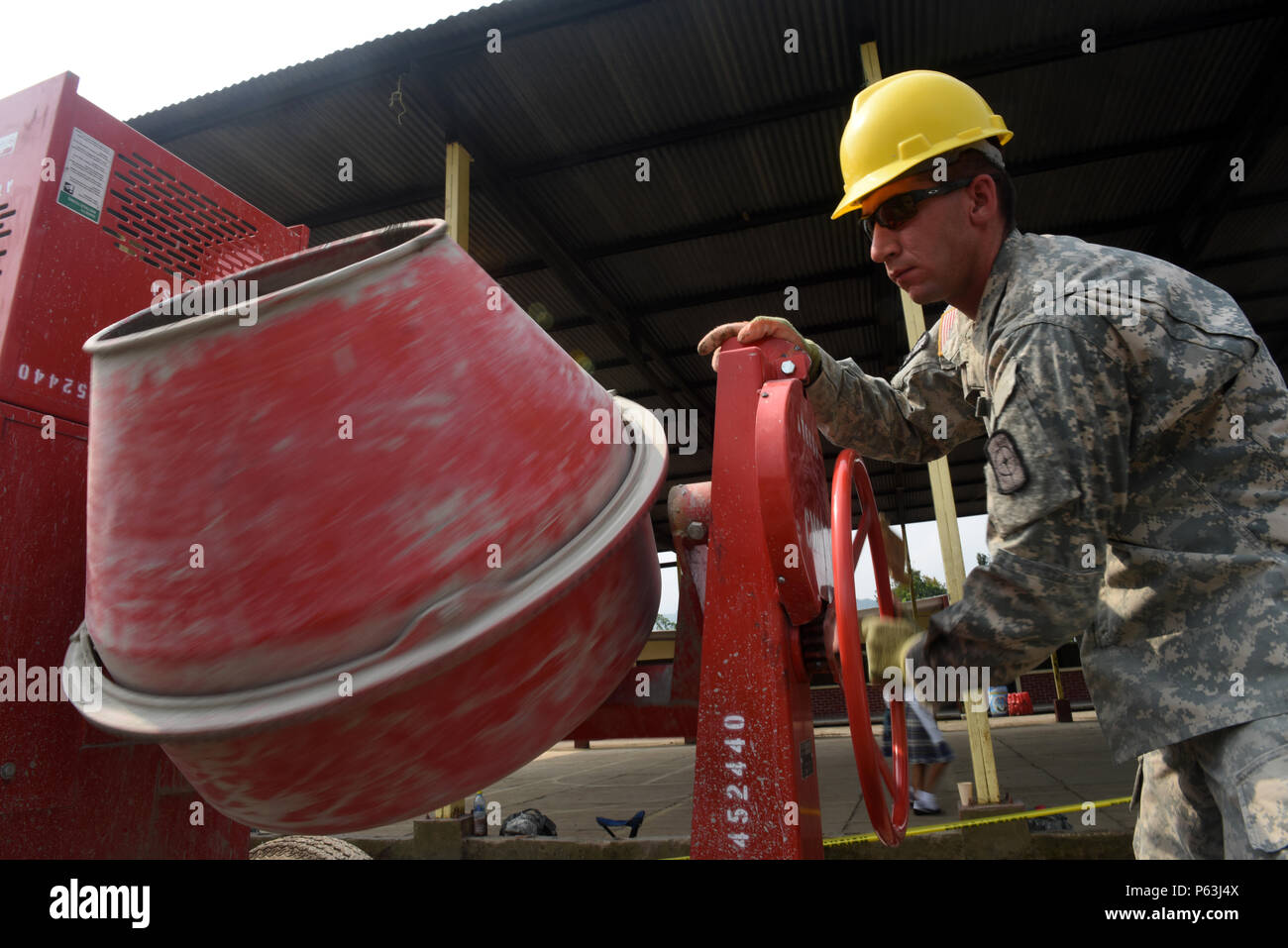 San Rafael, Guatemala—U.S. Army Spc. Jared Dale, 284th Engineer Construction Unit vertical engineer, rotates a potable cement mixer coating the inside with slurry during Exercise BEYOND THE HORIZON 2016 GUATEMALA April 28, 2016. BTH 2016 demonstrates the U.S. government's commitment to Guatemala and the region. Stock Photo