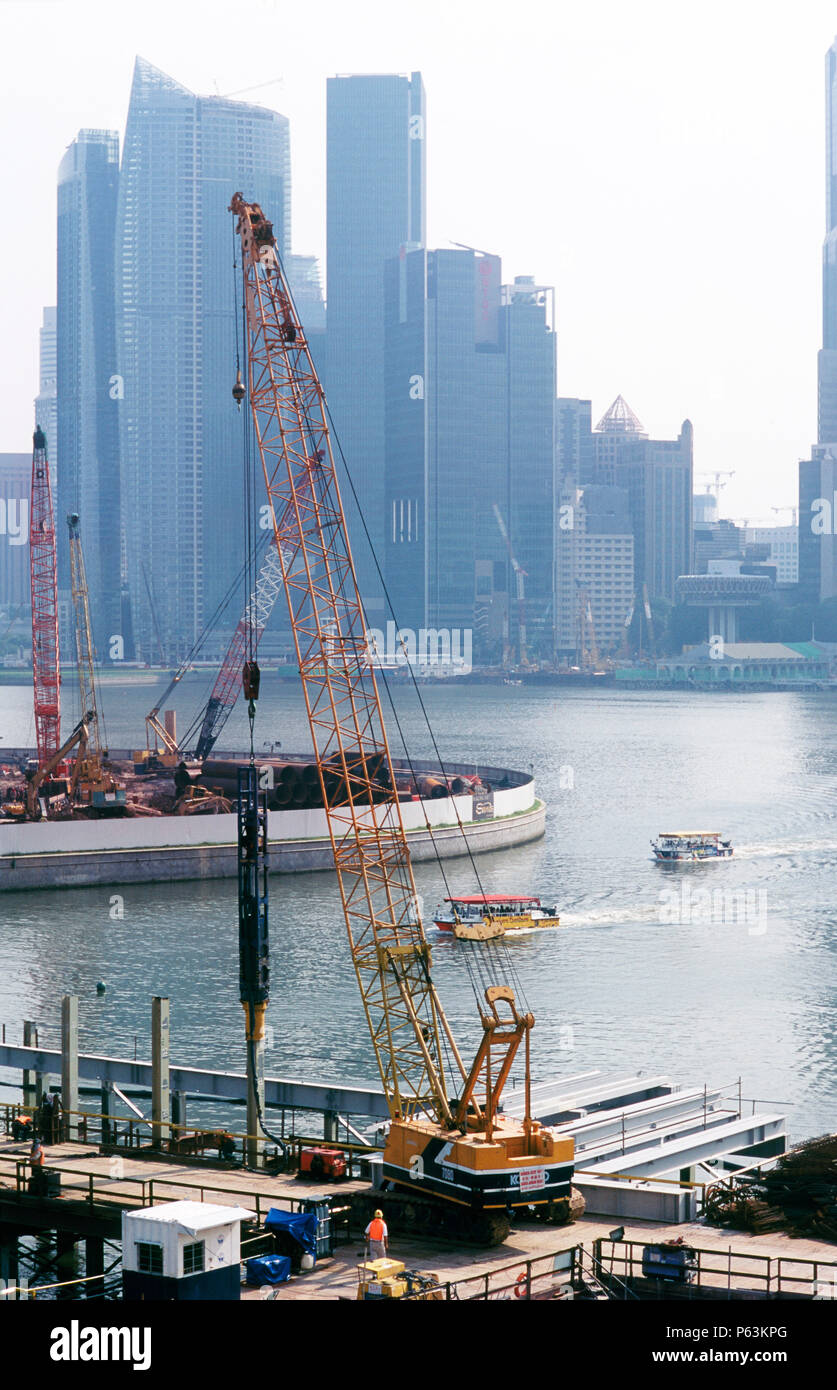 Piling for the Singapore 'DNA' bridge linding to the new Marina Bay Sands development and other projects alongside the waterfront - Stock Image