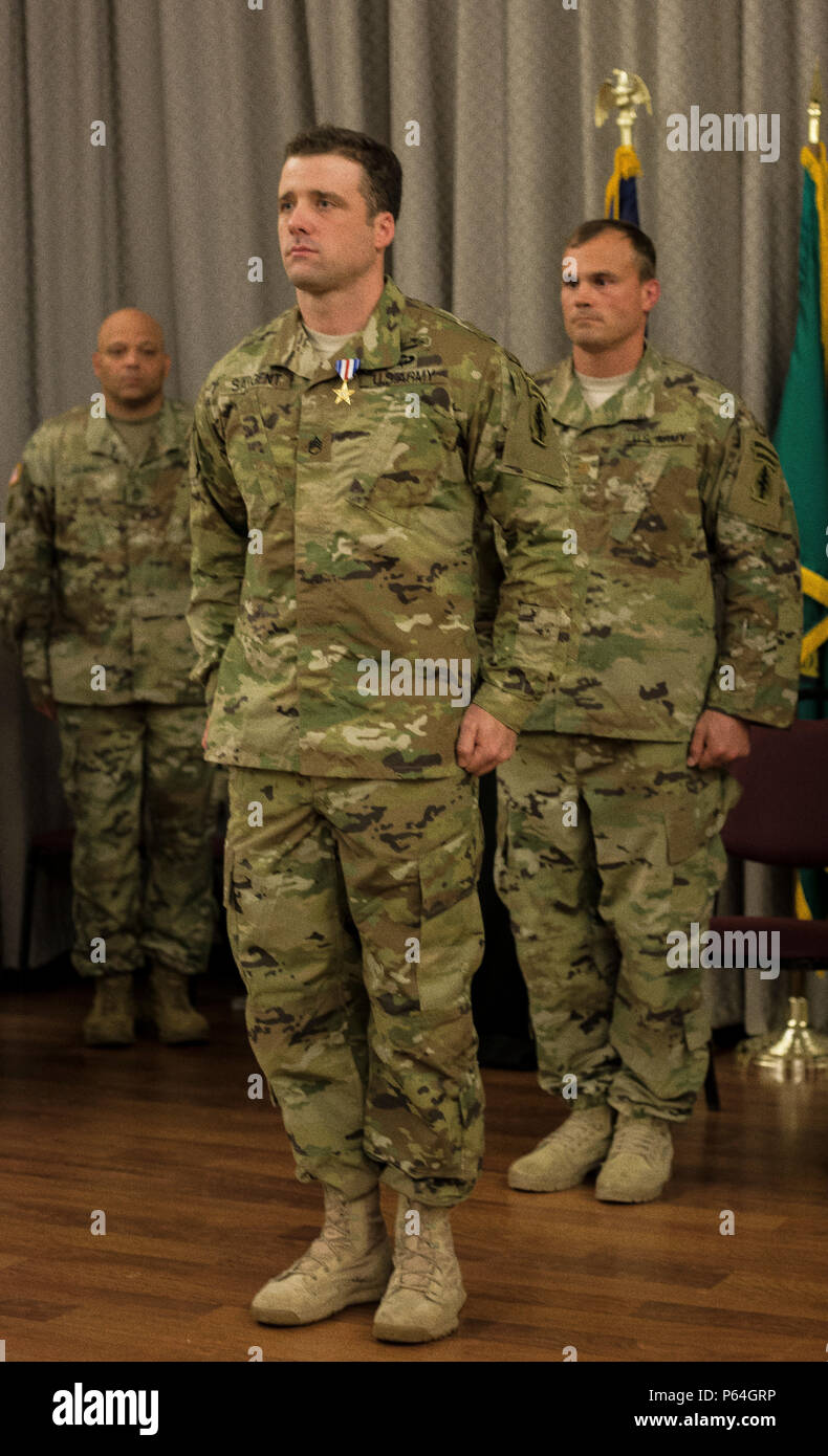 Staff Sgt. Michael Sargent, Alpha Company, 1st Battalion, 19th Special Forces Group, is recognized with the Silver Star Medal during an award ceremony on April 29, 2016 in Tacoma, Washington. Staff Sgt. Sargent distinguished himself by completely exposing himself without hesitation to extremely close enemy fire in order to secure a fallen Afghan commando and recover a fallen soldier to safety during combat action in Afghanistan on December 17, 2015. (U.S. Army National Guard photo by Sgt. 1st Class Jason Kriess) - Stock Image