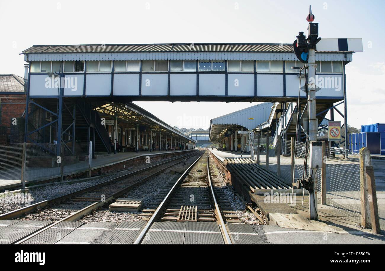 View of the station, footbridge and semaphore signalling at Truro station, Cornwall, from the level crossing at the end of then platform. 2006 - Stock Image