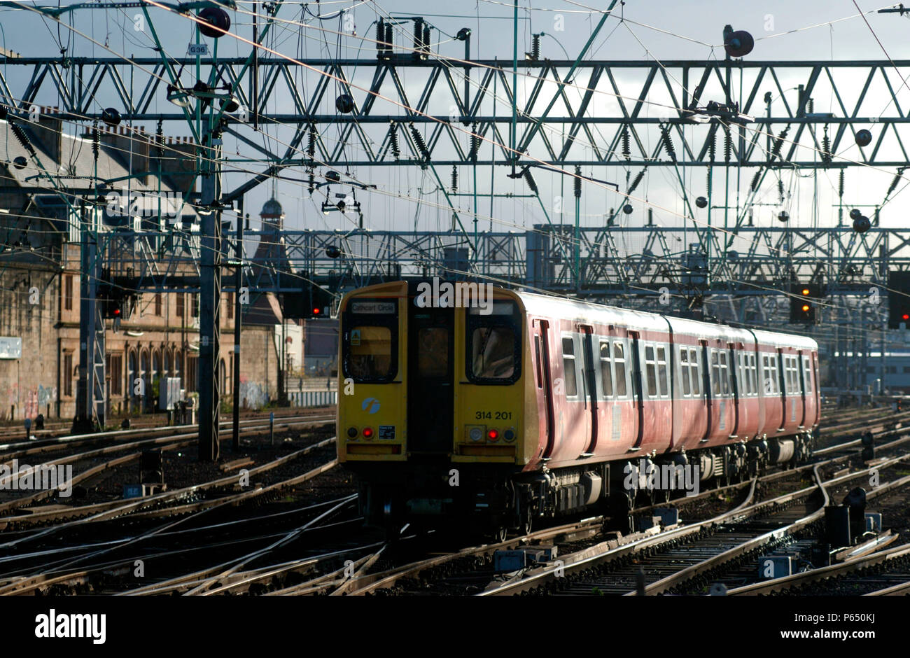 314.201 departs from Glasgow Central with a Cathcart Circle local service. November 2004. - Stock Image