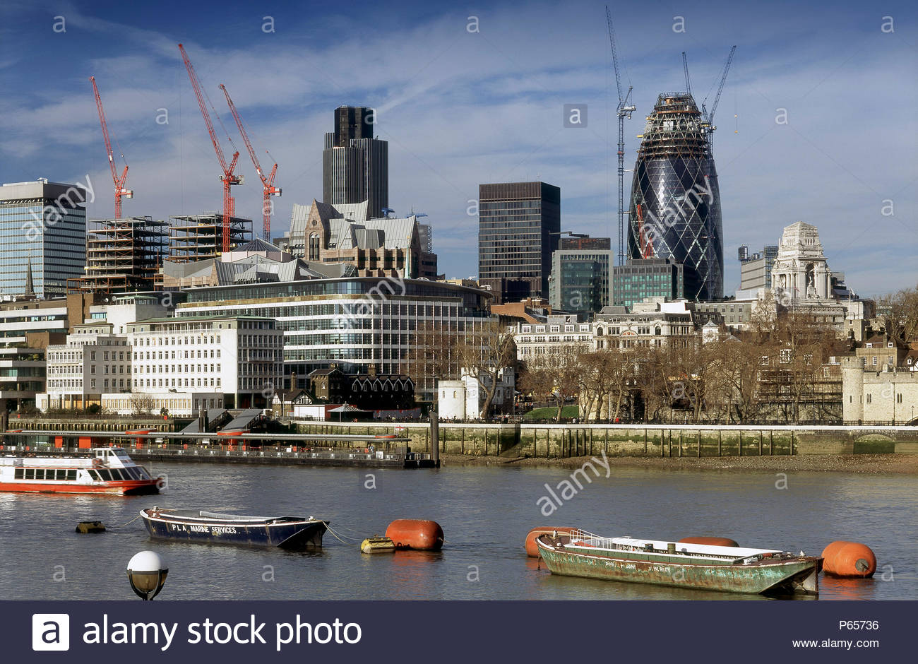 The Gherkin Swiss-Re building in construction alongside the River Thames. Norman Foster and Partners Architects - Stock Image