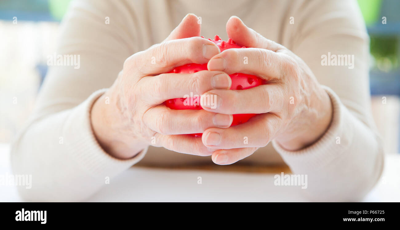 älterer Mensch, Frau mit Rheuma macht Fingerübungen, Senioren, elderly person with resting hands, Rheuma Patient - Stock Image