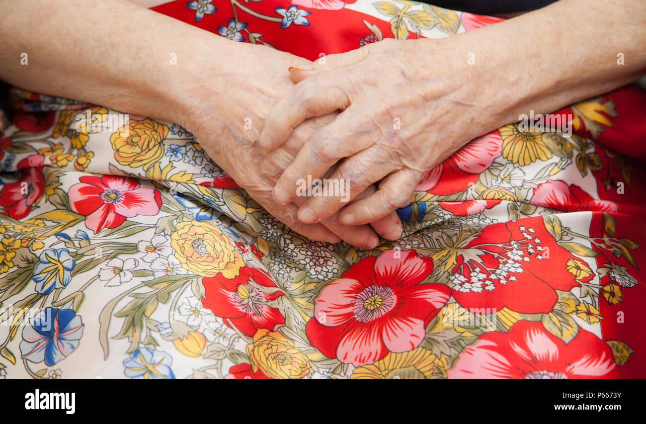 älterer Mensch, Frau mit gefalteten Händen, Senioren, elderly person with resting hands - Stock Image