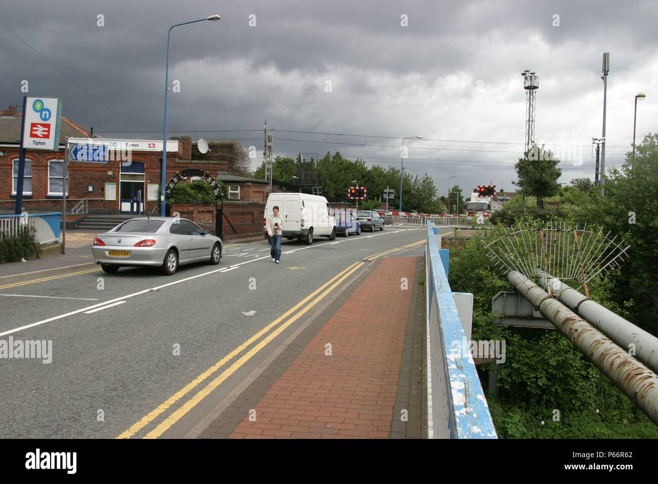 Level crossing at Tipton station, West Midlands. 2007 - Stock Image