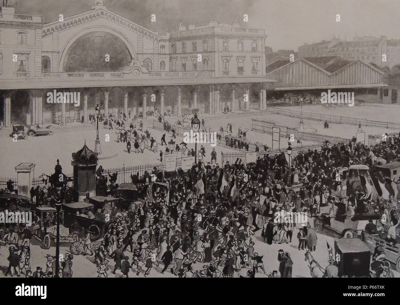 2nd august 1914: crowds waving off French recruits and conscripts as they leave the gare de l'Est in Paris for the frontlines, after the outbreak of World war One - Stock Image