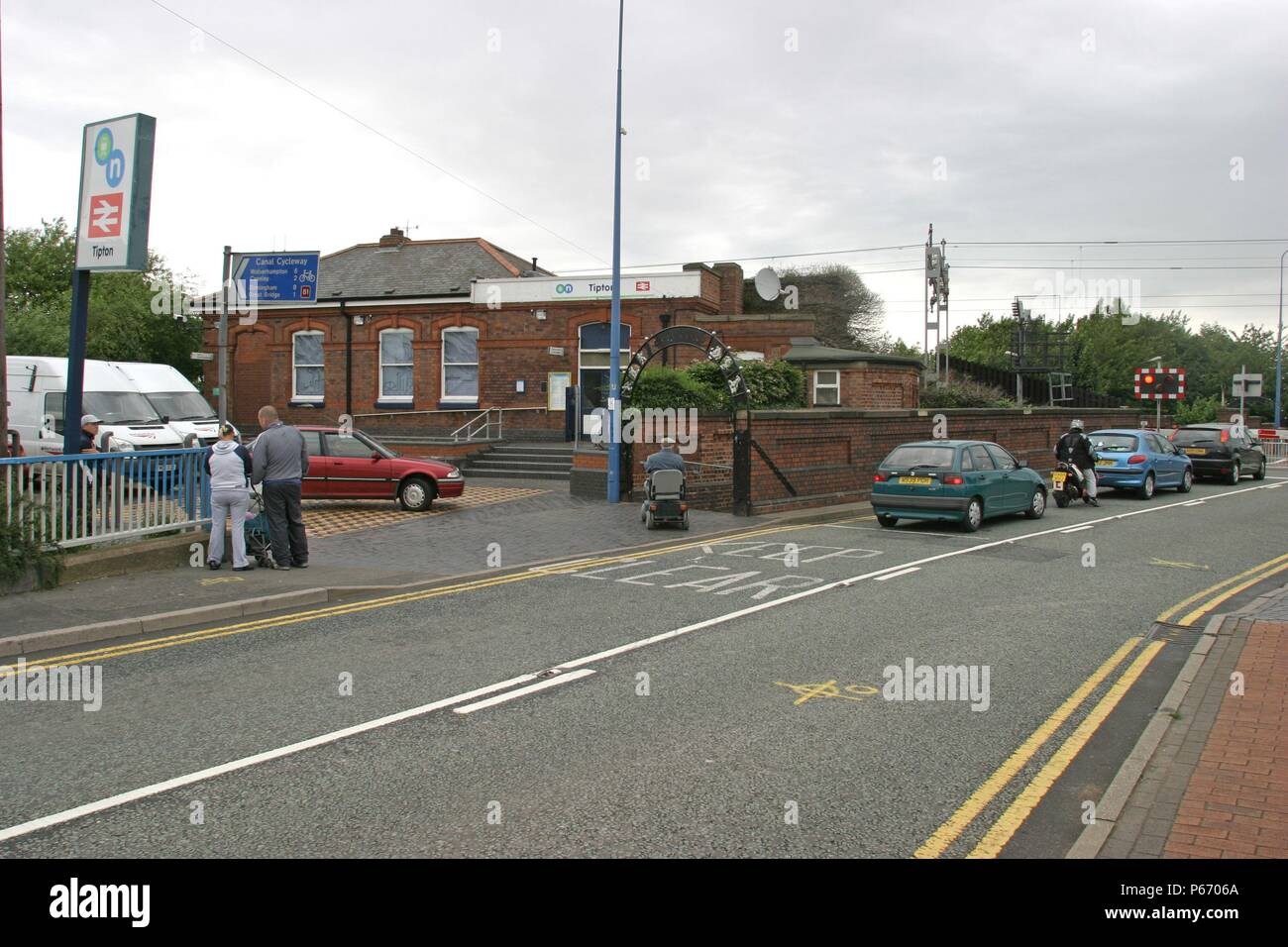 Station frontage and level crossing at Tipton station, West Midlands. 2007 - Stock Image