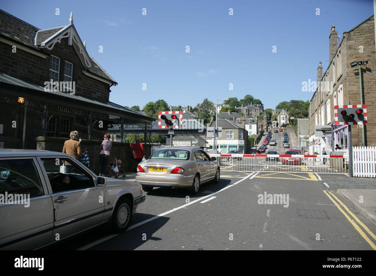 Traffic waiting at the level crossing at Broughty Ferry station, Tayside. 2007 - Stock Image