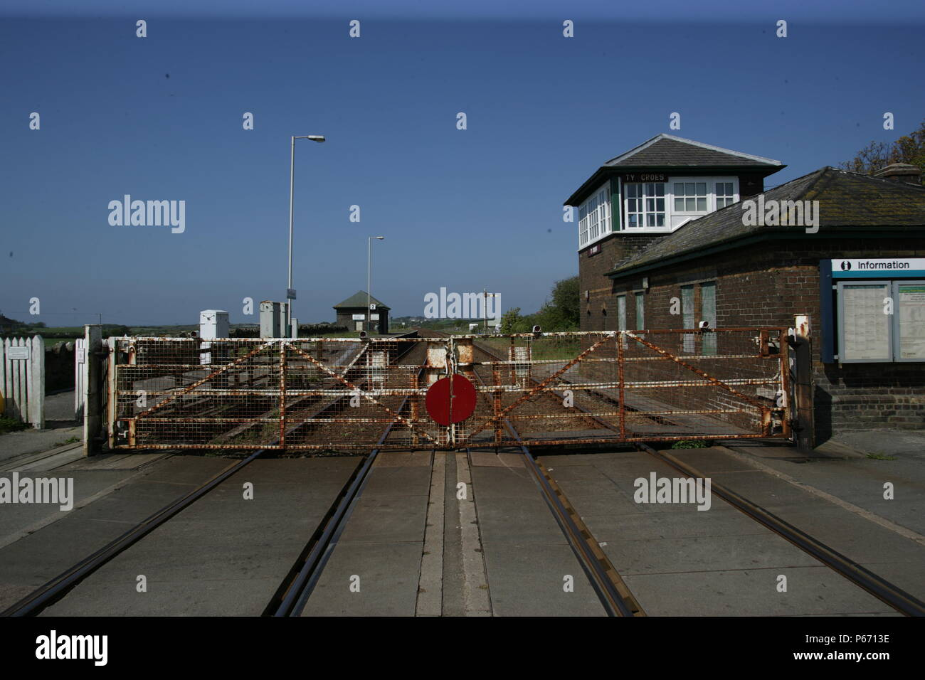 Ty Croes station, Anglesey with the level crossing gates closed. 2007 - Stock Image