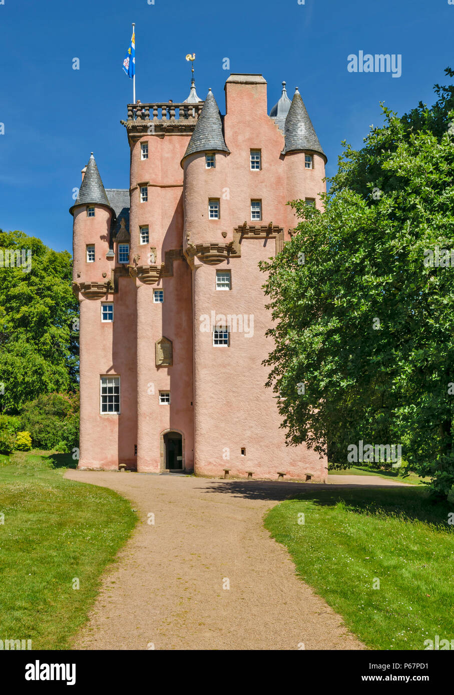 CRAIGIEVAR CASTLE ABERDEENSHIRE SCOTLAND MAIN ENTRANCE AND PEOPLE AT THE TOP OF THE TOWER - Stock Image