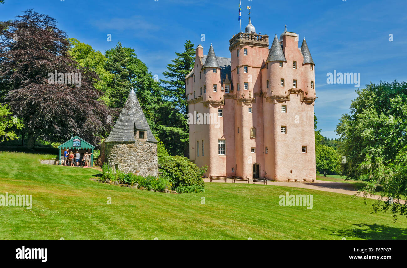 CRAIGIEVAR CASTLE ABERDEENSHIRE SCOTLAND MAIN ENTRANCE PEOPLE AT THE TOP OF THE TOWER AND IN THE WOODEN KIOSK WITH ICE CREAMS - Stock Image