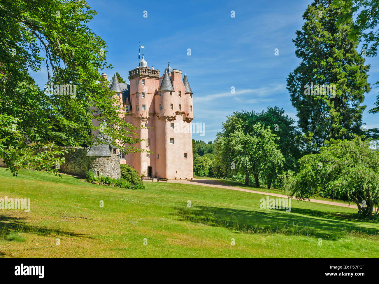 CRAIGIEVAR CASTLE ABERDEENSHIRE SCOTLAND MAIN ENTRANCE PEOPLE AT THE TOP OF THE TOWER AND SUMMER TREES - Stock Image