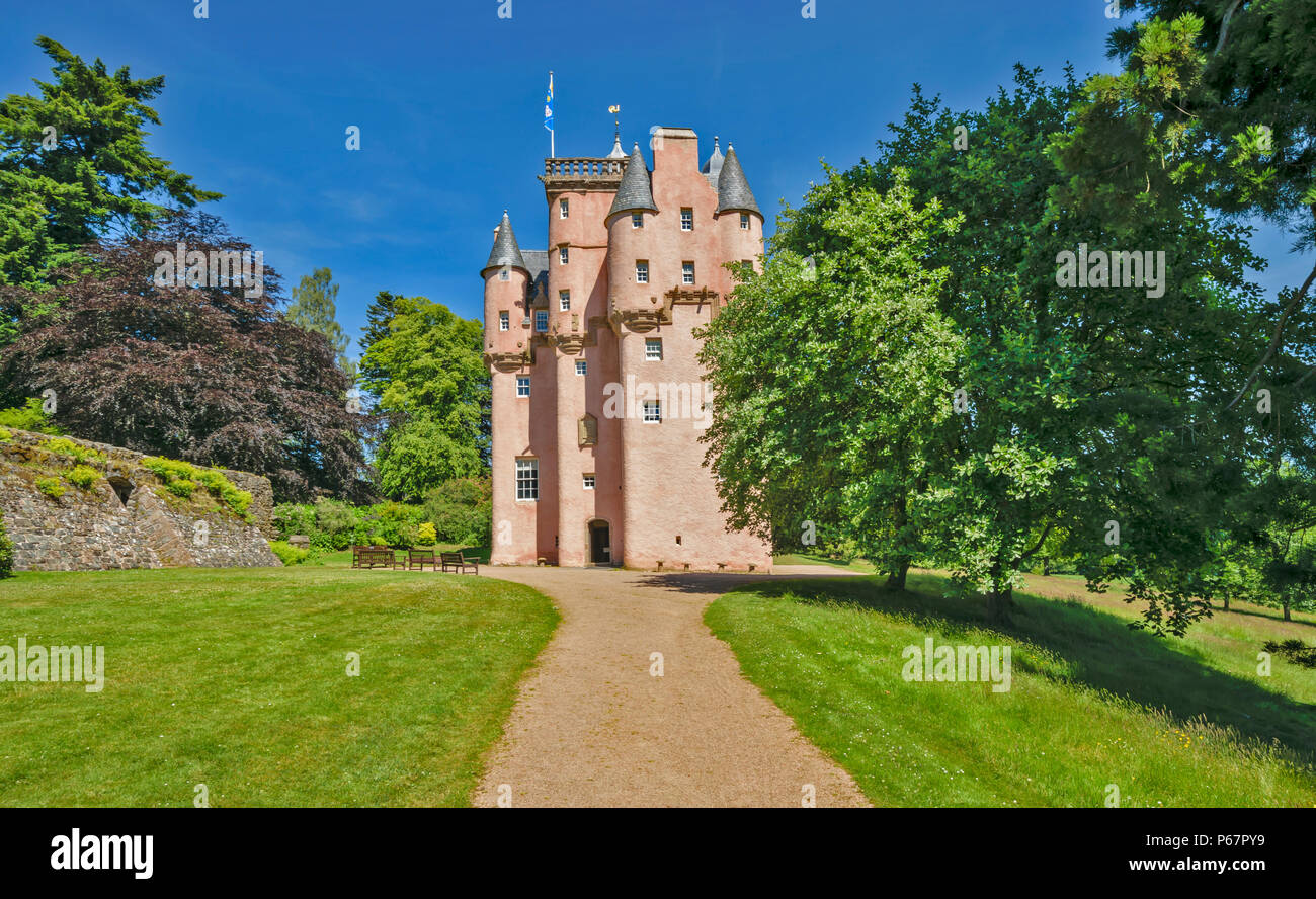 CRAIGIEVAR CASTLE ABERDEENSHIRE SCOTLAND VIEW AND PATHWAY LEADING TO MAIN ENTRANCE - Stock Image
