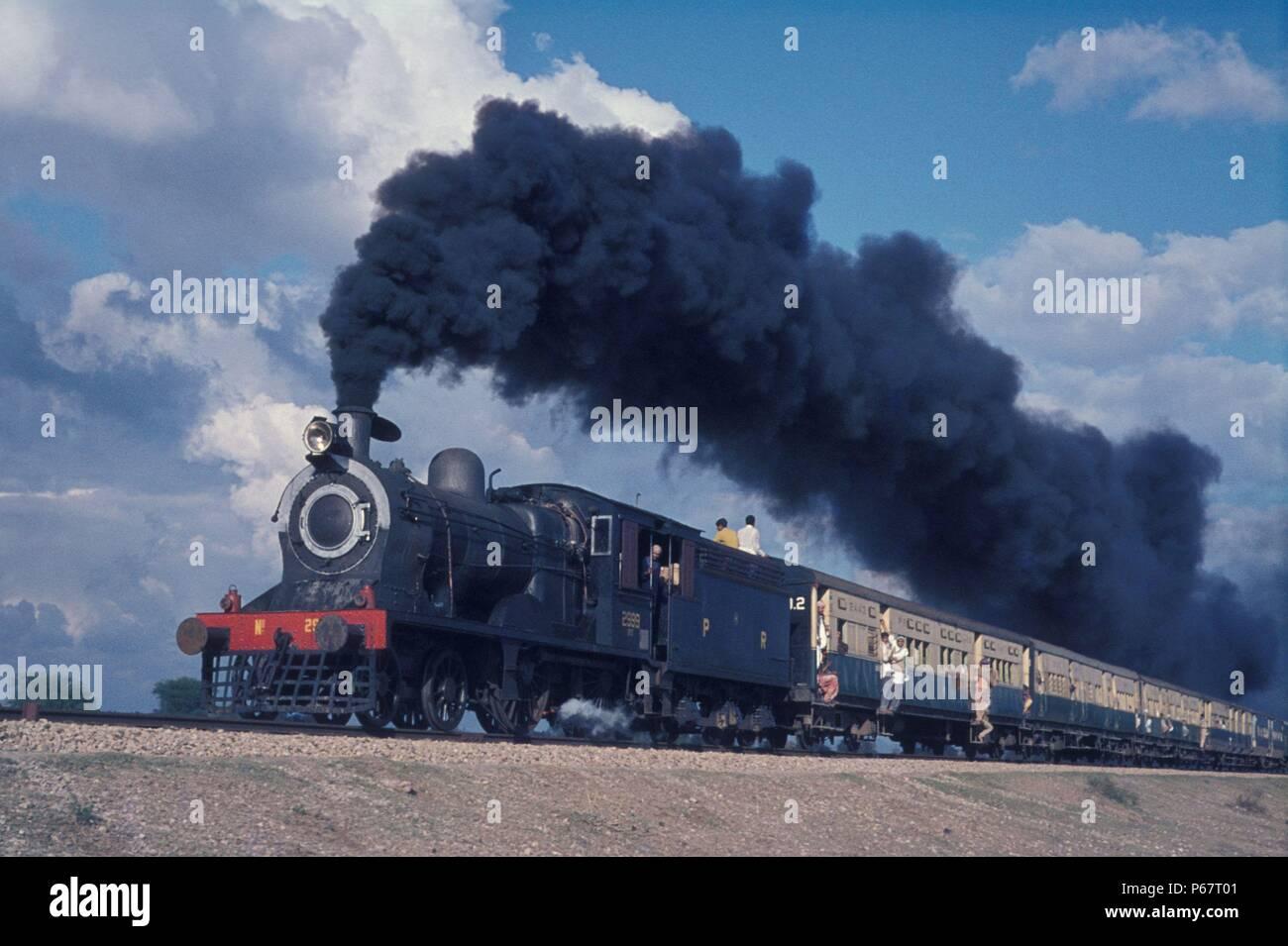 Pakistan Railways British built inside cylinder SPS class 4-4-0 No. 2999 freshly overhauled at Moghulpura Works Lahore leaves Malakwal for Sargodha wi - Stock Image