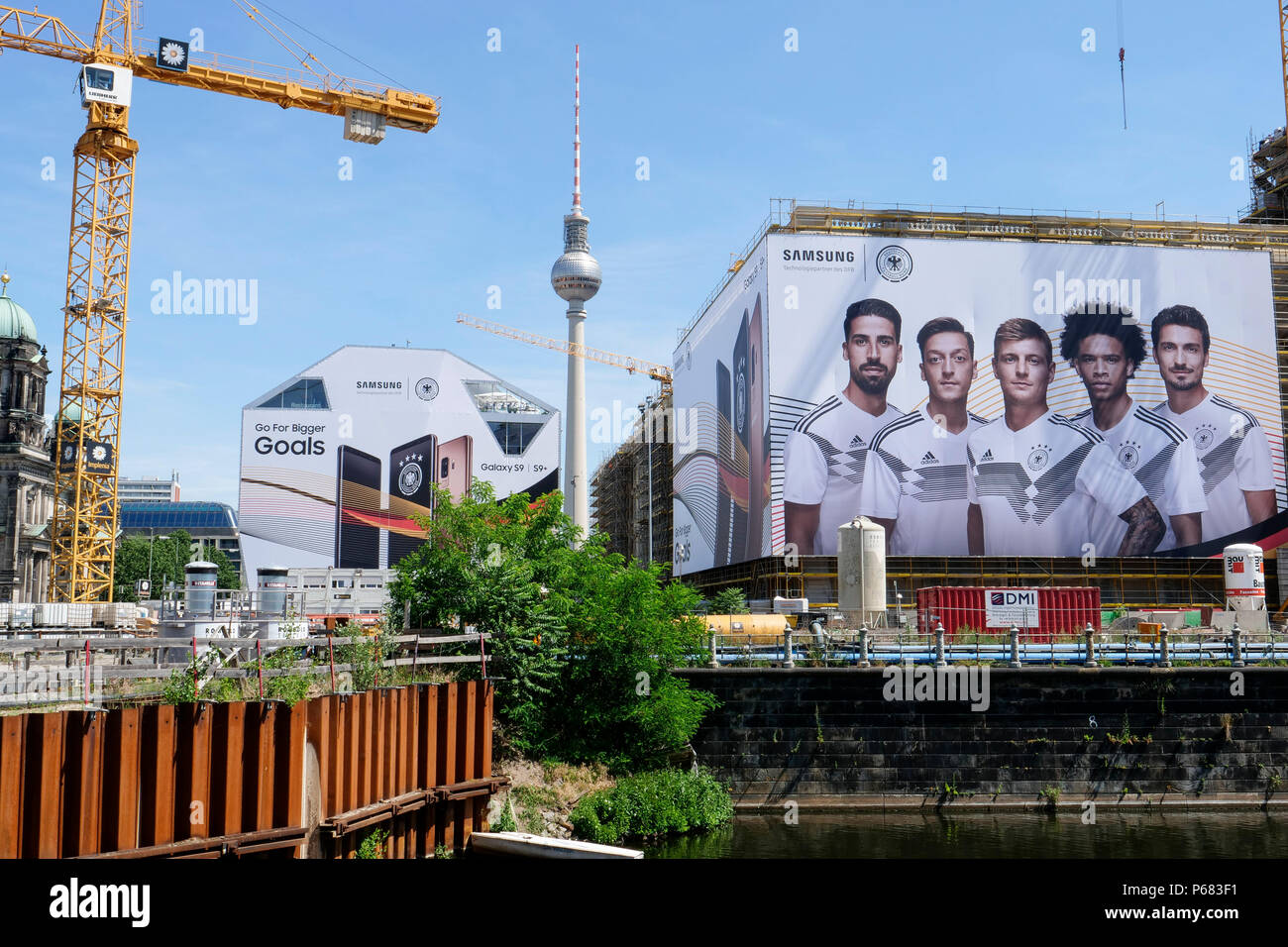 GERMANY, Samsung advertisement with german soccer team during Fifa world championship 2018 in Russia at construction site of Berlin castle, only advertising no soccer performance / Deutschland, Berlin, ausser Werbung nichts gewesen, Samsung Werbung mit der deutschen Nationalelf zur FIFA WM Russland 2018 - Stock Image
