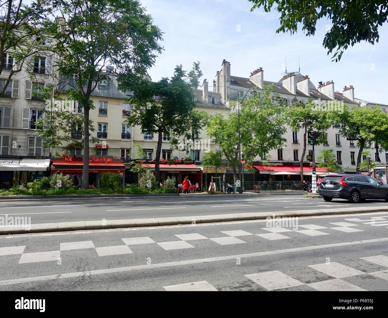 Street view, light traffic on a Sunday afternoon, Boulevard de l'Hopital, between Austerlitz train station and the Garden des Plantes, Paris, France - Stock Image