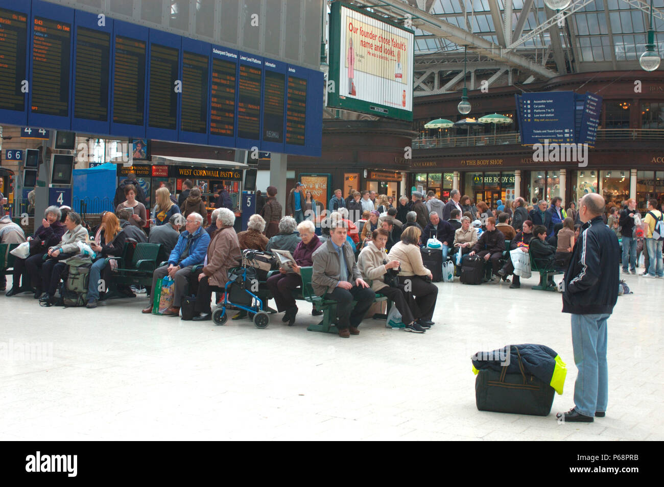 Travellers throng the concourse at Glasgow Central Station. April 2005. - Stock Image