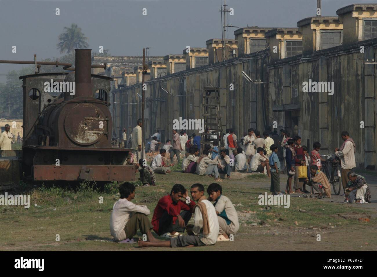 Workers Break ' Rameshwara Jute Mill in Bihar with the company's derelict F class 0-6-0 in the workers yard on Sunday 18th March 2007. - Stock Image