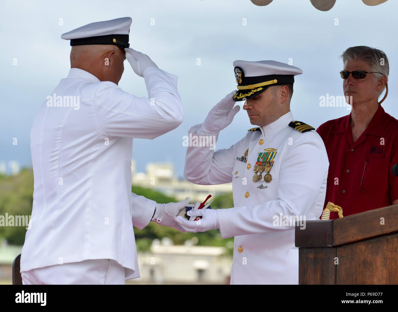 160530-N-LY160-424 JOINT BASE PEARL HARBOR-HICKAM, Hawaii (May 30, 2016) USS City of Corpus Christi's (SSN 705) chief of the boat, Master Chief Machinist's Mate Richard D. Magee, left, presents the ship's commissioning pennant to Cmdr. Travis M. Petzoldt, commanding officer of the Los Angeles-class fast-attack submarine, during a Memorial Day decommissioning ceremony at Joint Base Pearl Harbor-Hickam. City of Corpus Christi concluded 33 years of service as the second U.S. warship to be named after Corpus Christi, Texas. (U.S. Navy photo by Mass Communication Specialist 2nd Class Michael H. Lee - Stock Image