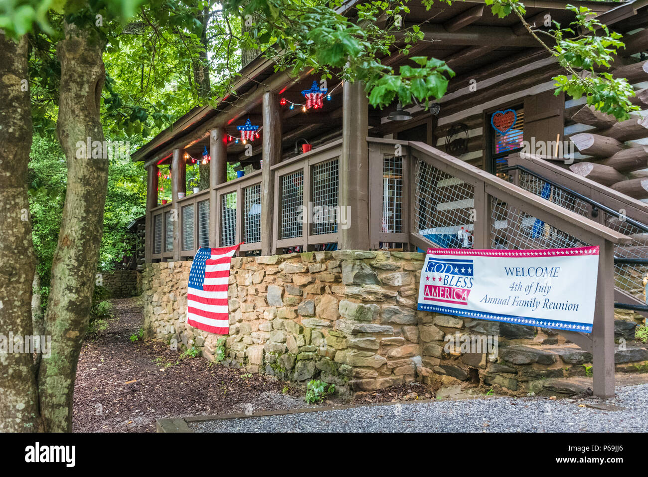 Mountain log cabin decorated for a Fourth of July family reunion at Vogel State Park in the Blue Ridge Mountains of North Georgia. (USA) - Stock Image