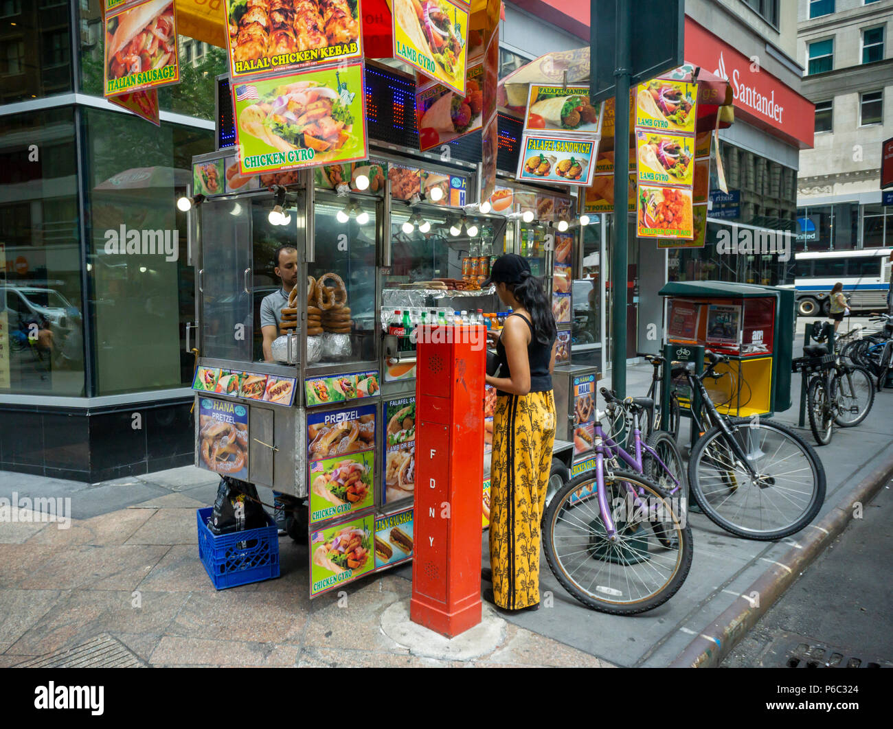 A busy food cart selling Halal food in Herald Square in New York on Friday, June 15, 2018. (© Richard B. Levine) - Stock Image