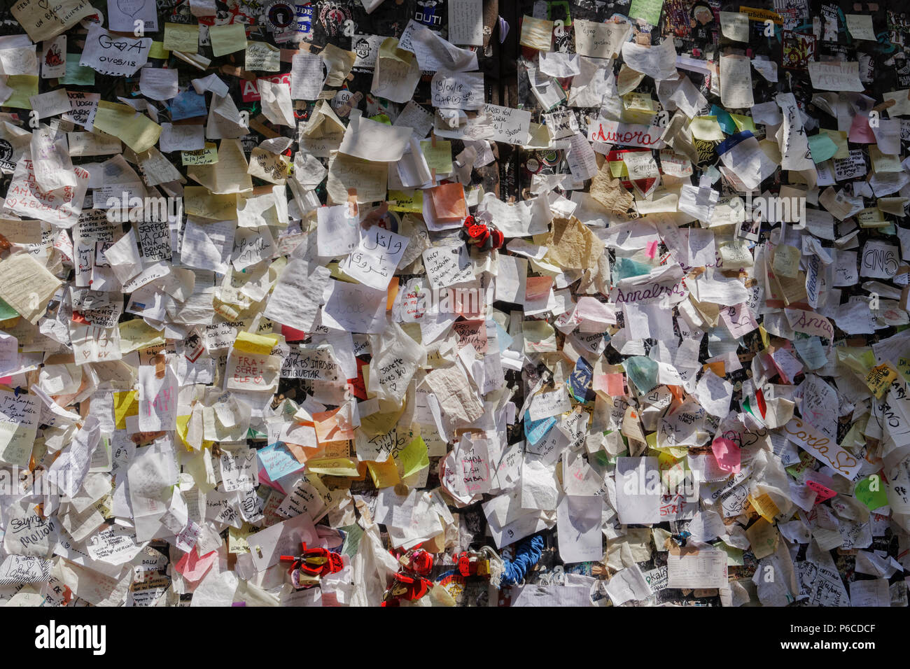 Verona, Italy Casa di Giulieta letters wall. Juliets house courtyard paper notes with attached love messages and locks. Stock Photo