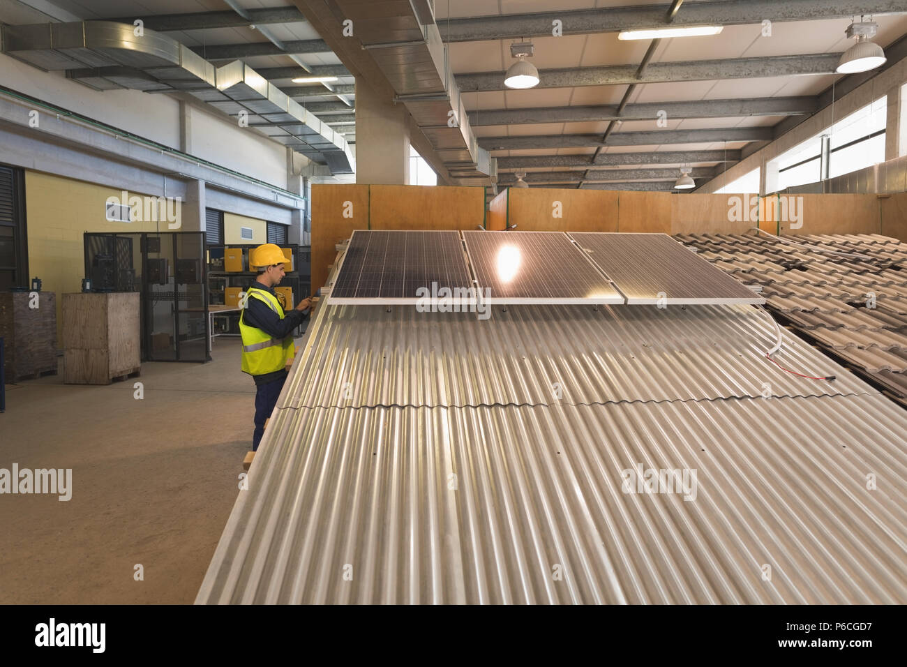 Male worker working on solar panel - Stock Image