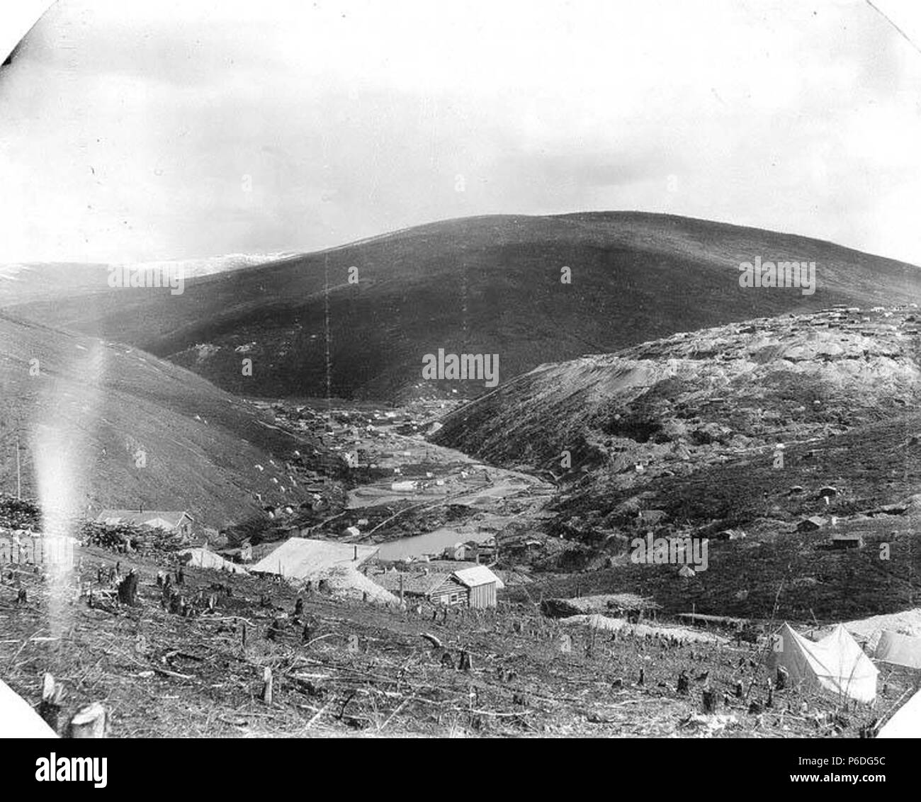 . English: Gold Hill, Forks and mining claims from Cheechako Hill, May 22, 1900 . English: Caption with image: No. 44A, Gold Hill and Forks from Chechaco Hill, May 22, 1900 PH Coll 35.554 Klondike Gold Rush Subjects (LCTGM): Tents--Yukon--Cheechako Hill Subjects (LCSH): Gold mines and mining--Yukon--Cheechako Hill; Mining claims--Yukon--Cheechako Hill  . 1900 50 Gold Hill, Forks and mining claims from Cheechako Hill, May 22, 1900 (SARVANT 123) - Stock Image